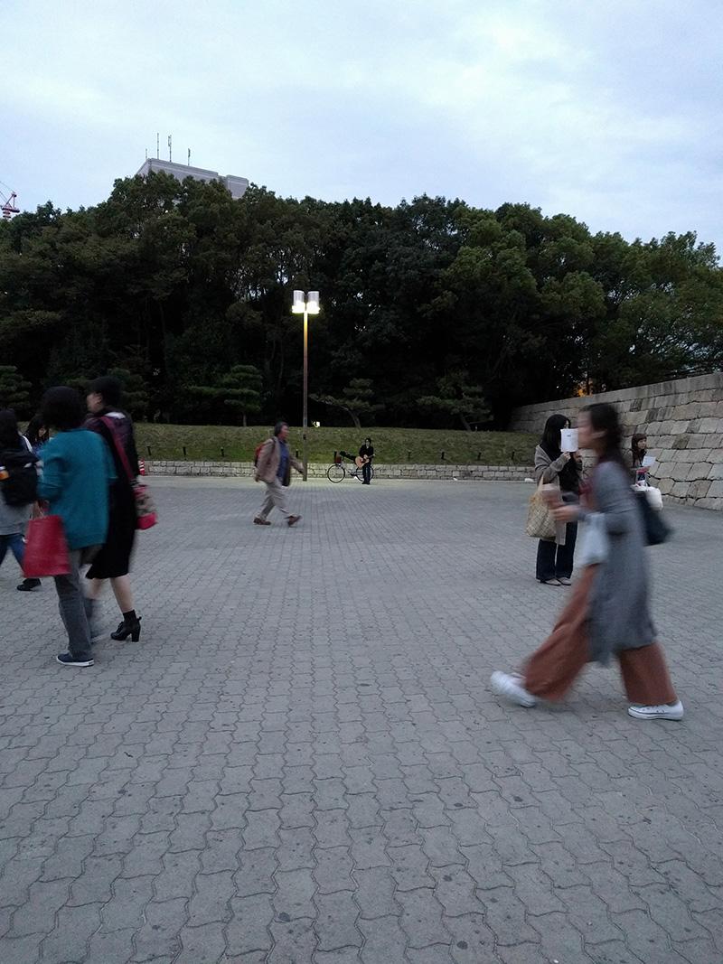 大阪城ホール外的走唱藝人?